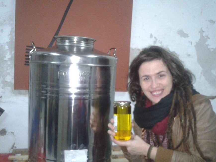 La Laia, feliç amb el seu pot d'oli!